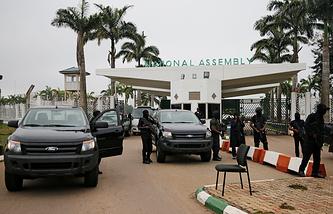 Сотрудники Службы государственной безопасности Нигерии блокируют вход в парламент