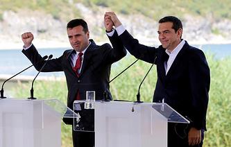 Премьер-министр Македонии Зоран Заев и премьер-министр Греции Алексис Ципрас перед подписанием соглашения о переименовании Македонии в Республику Северная Македония, 17 июня 2018 года