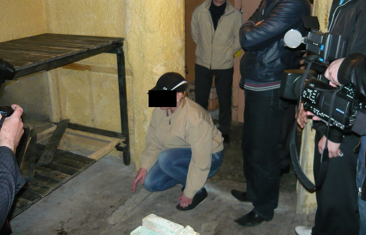 Подсудимая показывает место, куда она положила тела убитых детей