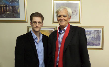 Эдвард Сноуден и Ганс-Кристиан Штребеле во время встречи. Фото ИТАР-ТАСС/ EPA/HANS-CHRISTIAN STROEBELE OFFICE