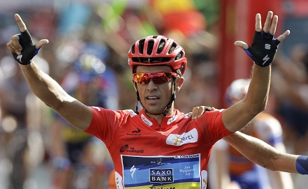 Гонщик команды Saxo Bank Alberto Contador        AP/Alberto Di Lolli