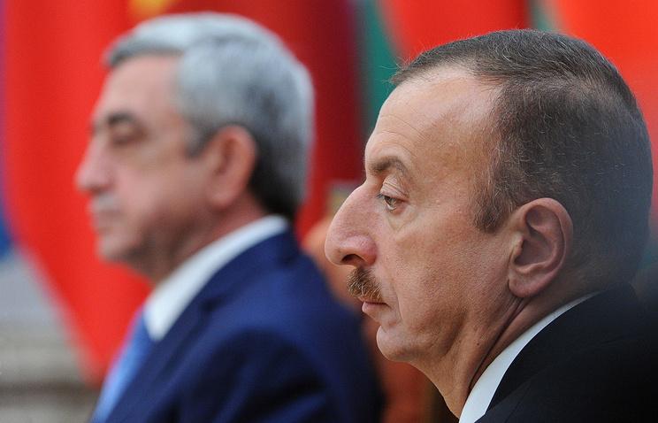 Президент Армении Серж Саргсян и президент Азербайджана Ильхам Алиев (слева направо) во время заседания Совета глав государств СНГ во Дворце Независимости.