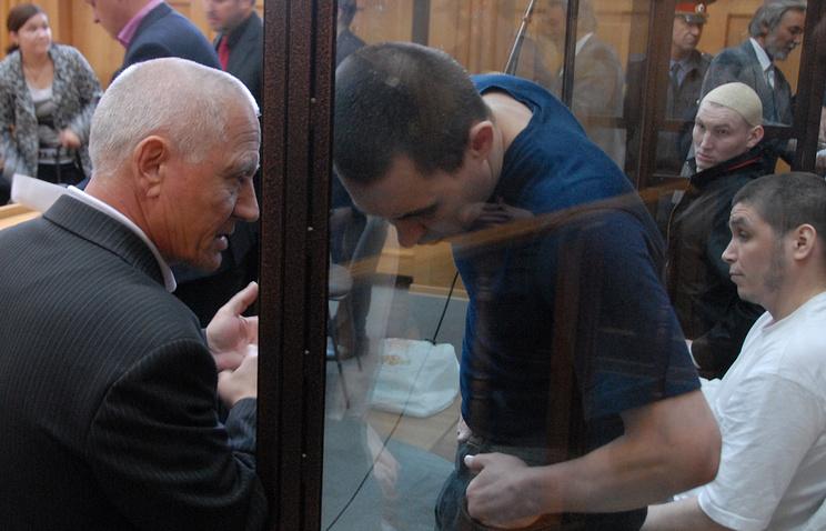 """Участники международной террористической организации """"Хизб ут-Тахрир Аль-Ислами"""" (справа) в Челябинском областном суде в сентябре 2009 года"""