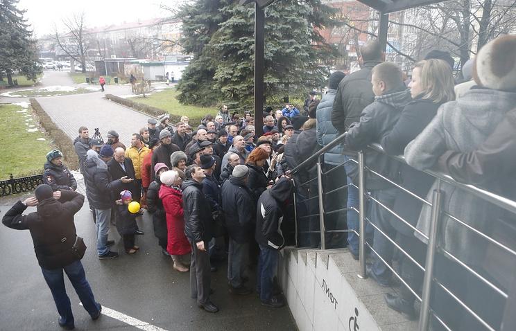 Вкладчики Инвестбанка, выломавшие дверь главного калининградского офиса