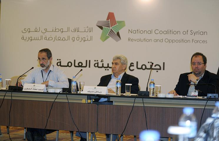 Глава коалиции НКОРС Ахмед Муаз аль-Хатыб (слева) на встрече в Стамбуле