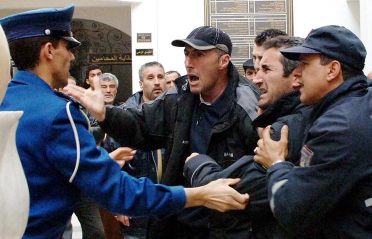 Пострадавшие в результате финансовой пирамиды в Алжире, 2007 г.