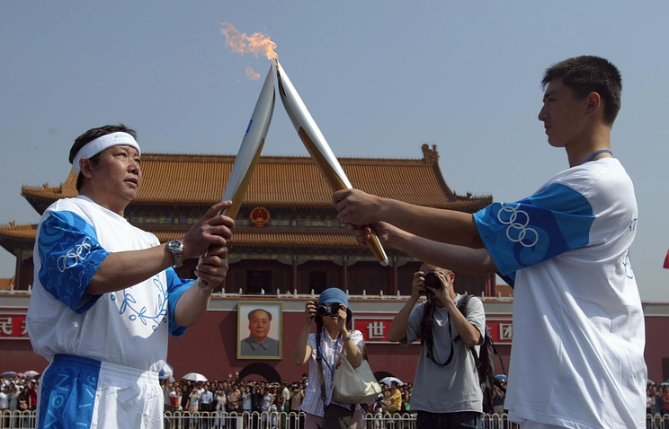 Член МОК Юй Цзайцин на фото слева