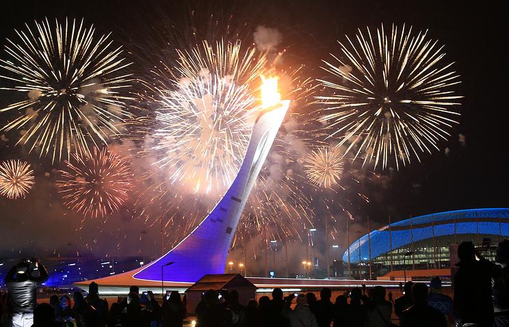 Зажженый факел Олимпийских игр в Сочи