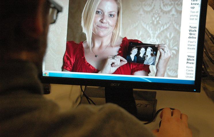 Нэнси Моутс (на экране компьютера) держит фото, где она снята вместе с Джулией Робертс