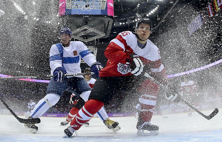 Финский нападающий Йори Лехтеря (слева)  и австрийский защитник Роберт Лукас (справа)
