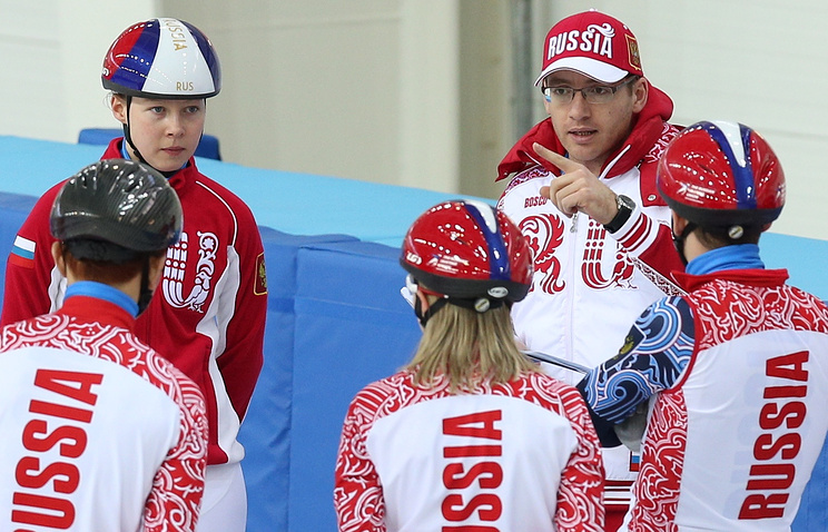Себастьян Крос (на втором плане справа)