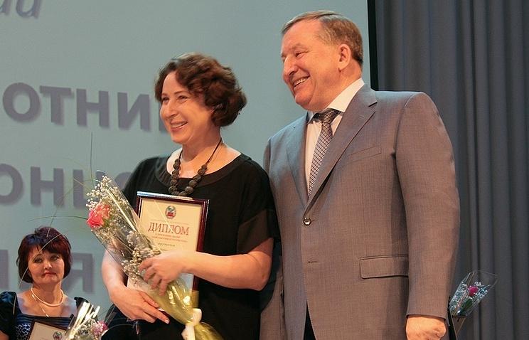 Губернатор Алтайского края Александр Карлин вручает премию лауреату