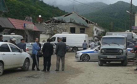 На месте взрыва автомобиля террориста-смертника в селении Хучни. Фото ИТАР-ТАСС/ Абдула Магомедов/ NewsTeam