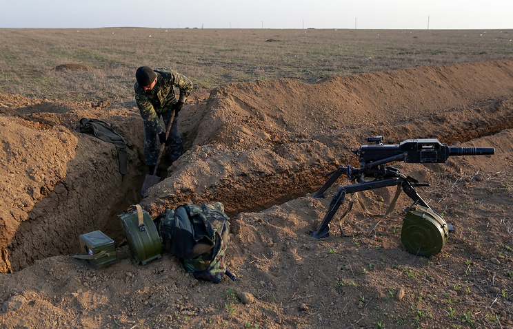 Украинские солдаты рядом с границей Крымского полуострова, недалеко от деревни Армянск, 24 марта 2014 года