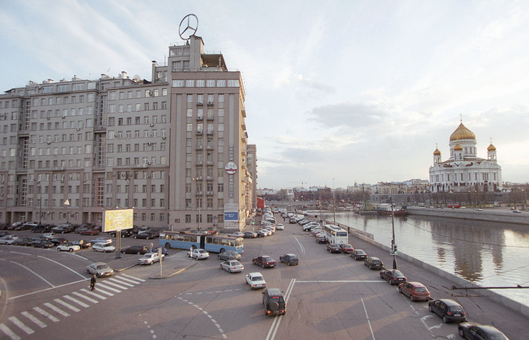 "Логотип компании Mercedes-Benz на крыше ""Дома на набережной"""