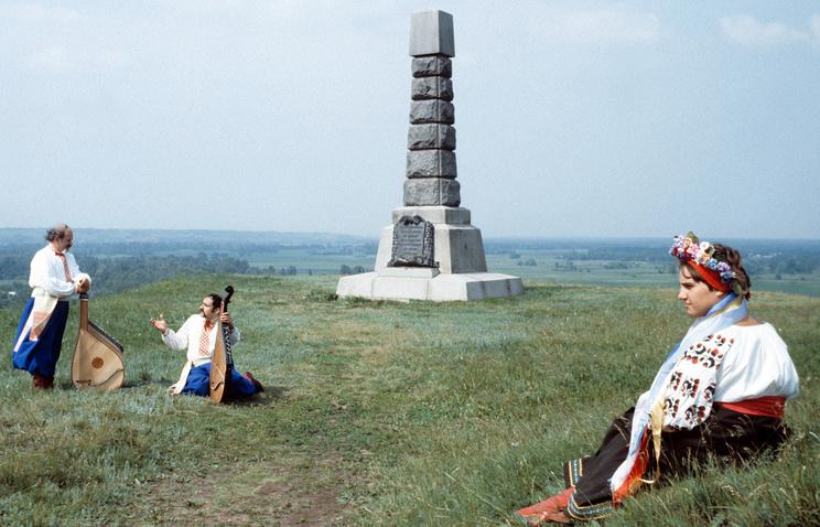 Памятник на месте переправы русской армии через реку Ворсклу (архитекторы Исраэль Шмульсон и Виталий Пасечный, 1959 год)