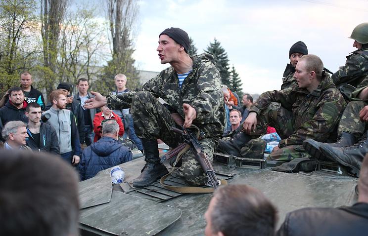 Украинские войска, заблокированные на железнодорожном переезде под Краматорском