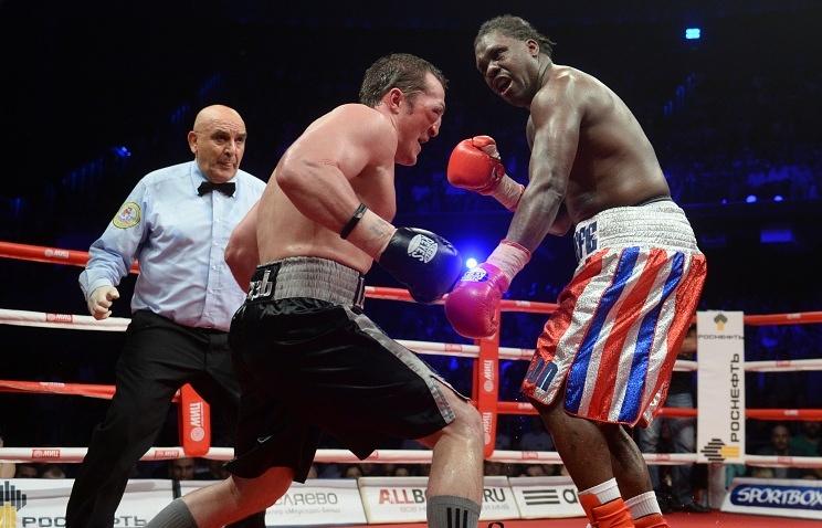 Боксеры Денис Лебедев (слева) и Гильермо Джонс (справа)
