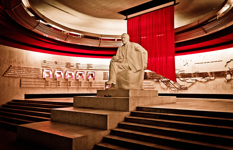 Памятник Ленину в новом здании музея-заповедника  Горки-Ленинские