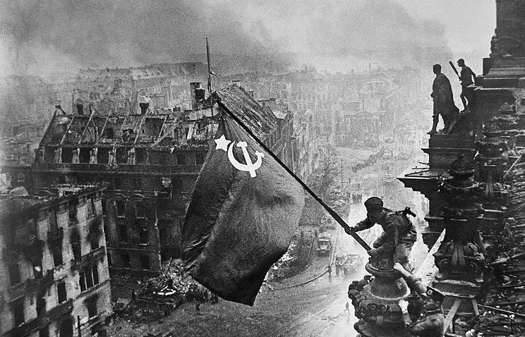 Знамя Победы на Рейхстагом, 1945 год