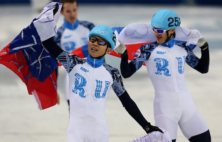 Российские шорт-трекисты Виктор Ан и Владимир Григорьев (слева направо) после эстафеты на Олимпиаде в Сочи