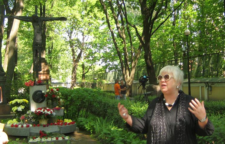 Актриса Светлана Крючкова у  могилы  Георгия Товстоногова