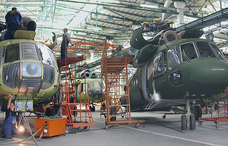 В сборочном цехе Казанского вертолетного завода вертолеты семейства Ми-8 и Ми-17
