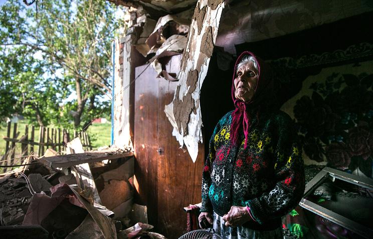 Жительница поселка Семеновка Зинаида Пацкан в своем доме, разрушенном в результате обстрела тяжелой артиллерией со стороны украинских силовиков