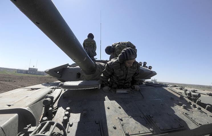 Военнослужащие на танке Т-72Б3
