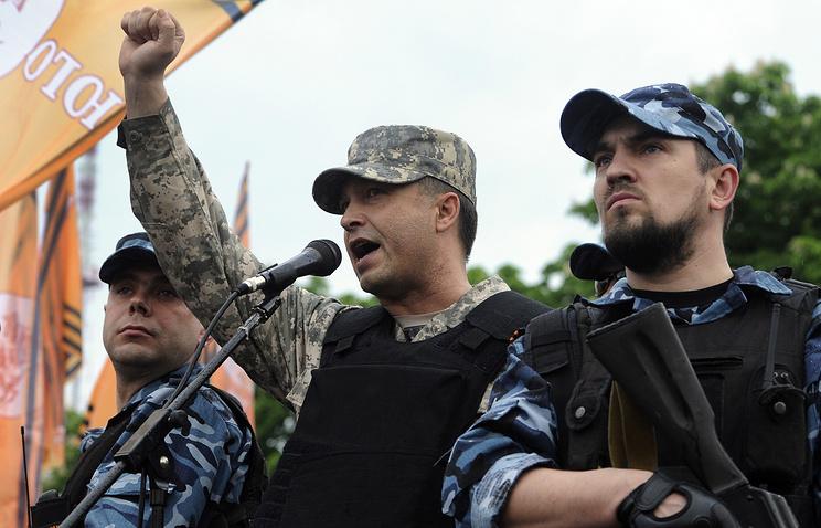 Провозглашенный губернатор Луганской области Валерий Болотов (в центре)