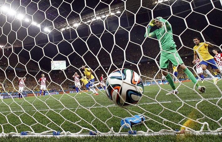 Момент из матча Бразилия - Хорватия