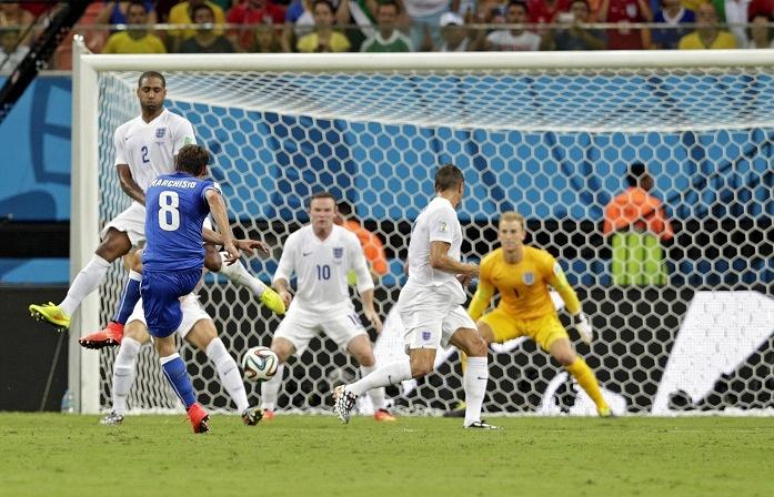 Итальянец Клаудио Маркизио наносит точный удар в дальний угол ворот англичан