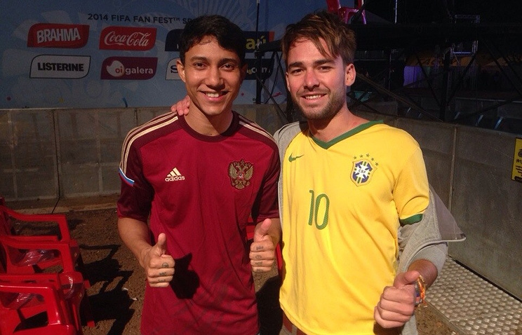 Леонардо Барония (слева) в майке сборной России