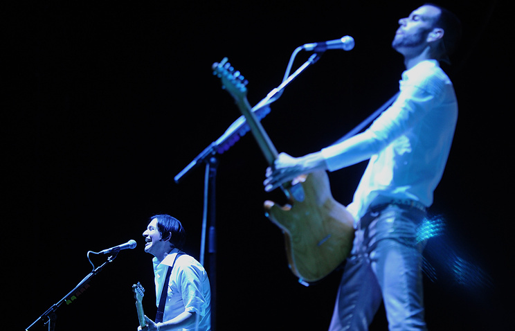 "Вокалист Placebo Брайан Молко и гитарист Стефан Олсдал (слева направо) в СК ""Олимпийский"""