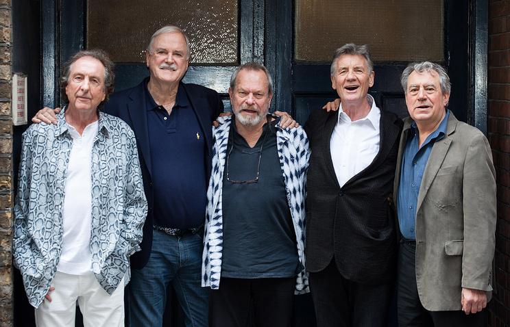 Эрик Айдл, Джон Клиз, Терри Гиллиам, Майкл Пейлин и Терри Джонс (слева направо)