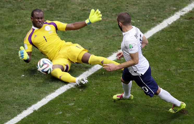 Эпизод из матча между сборными Франции и Нигерии