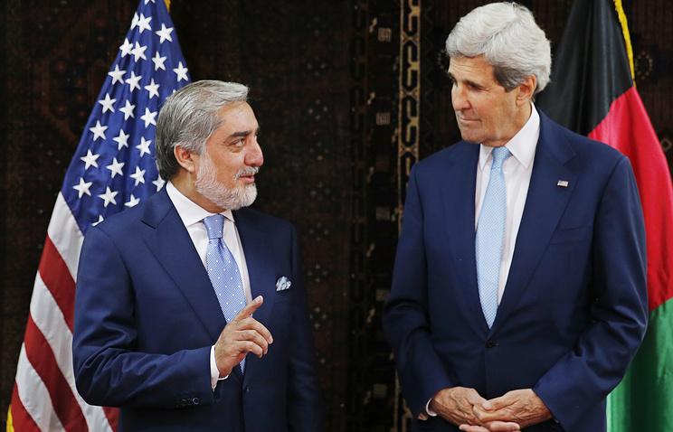 Госсекретарь США Джон Керри (справа) и кандидат в президенты Афганистана Абдулла Абдулла