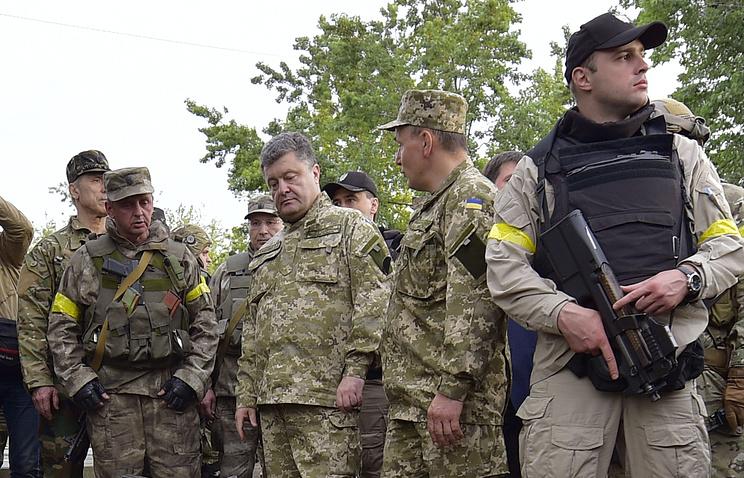 Президент Украины Петр Порошенко (в центре) с украинскими военными в Славянске