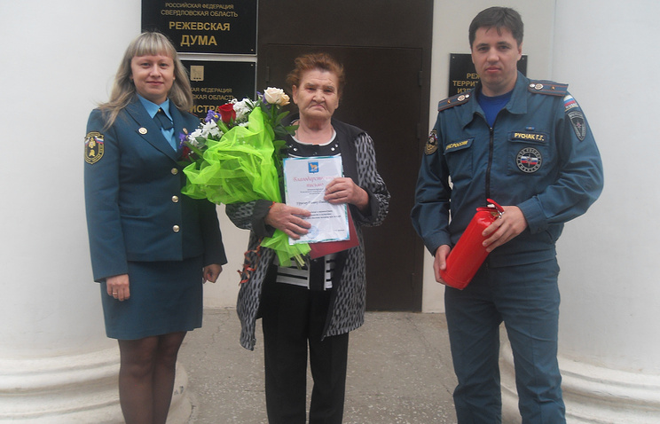 Галина Урусова с сотрудниками МЧС
