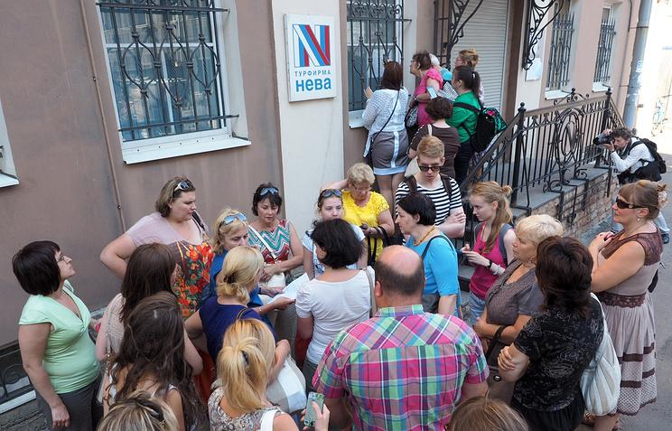 """Очередь  у офиса туристической фирмы """"Нева"""", объявившей о прекращении своей деятельности, 16 июля 2014 года, Санкт-Петербург"""