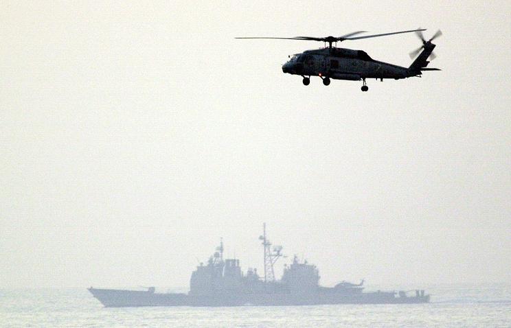 Ракетный крейсер Vella Gulf (на заднем плане)