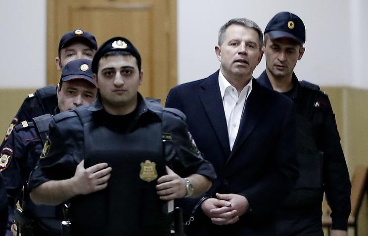 Андрей Комаров (второй справа) перед рассмотрением дела в Басманном суде
