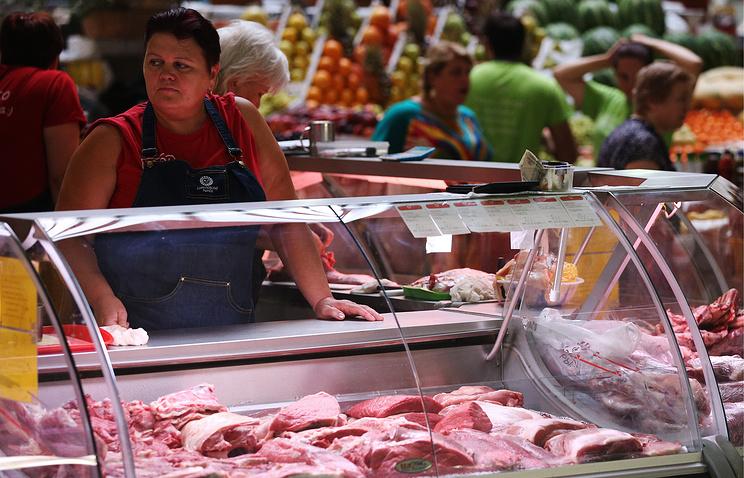 Продажа охлажденного мяса на рынке.