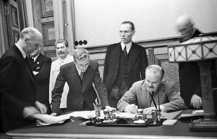 1939 год, Москва. Председатель Совета Народных Комиссаров СССР и нарком иностранных дел СССР В. М. Молотов подписывает советско-германский пакт о ненападении. На церемонии присутствует И. В. Сталин