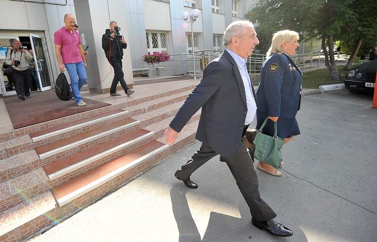 Александр Солодкин-старший (справа, на переднем плане) выходит из здания суда после изменения меры пресечения