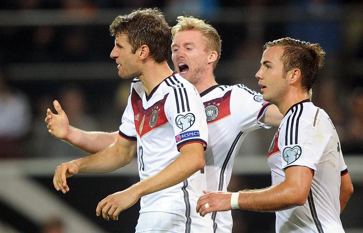 Томас Мюллер (слева), забив два мяча, принес победу сборной Германии