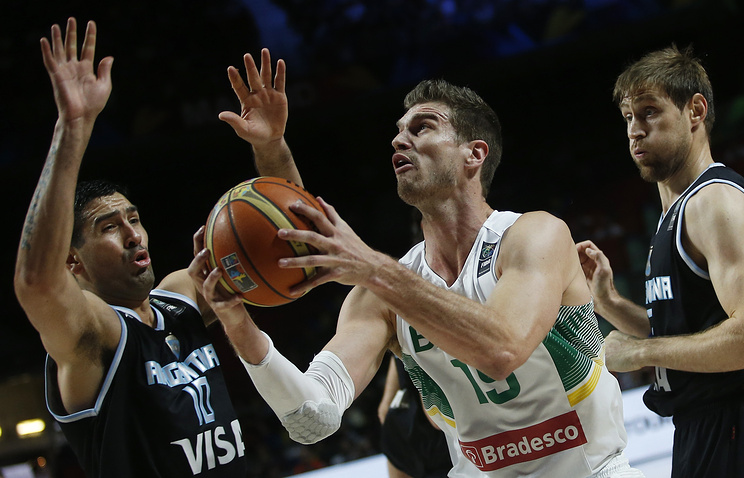 Эпизод из матча между сборными Бразилии и Аргентины