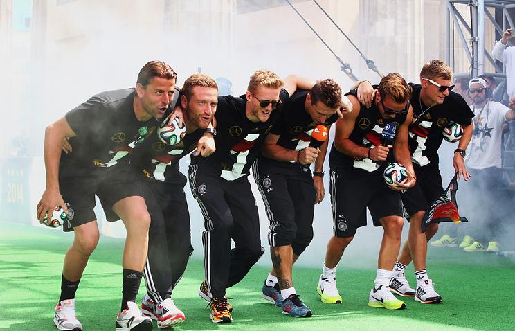 Игроки немецкой сборной во время празднования победы на ЧМ в Берлине