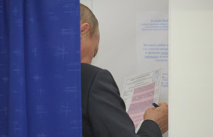 Владимир Путин во время досрочного голосования на избирательном участке