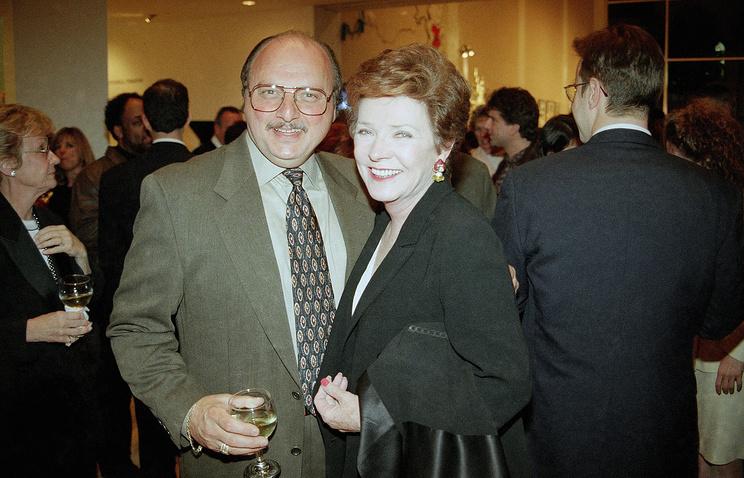Полли Берген с актером Деннисом Францем в 1997 году